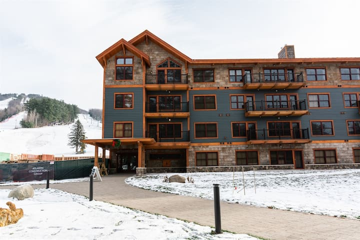 Cranmore Mountain Condo w/ Heated Pool & Sunset Views