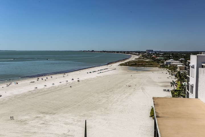 Island Winds 424, offers panoramic views of the Gulf of Mexico.