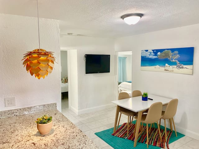 BOHO Miami Cottage w/ parking 15min to Beach & MIA