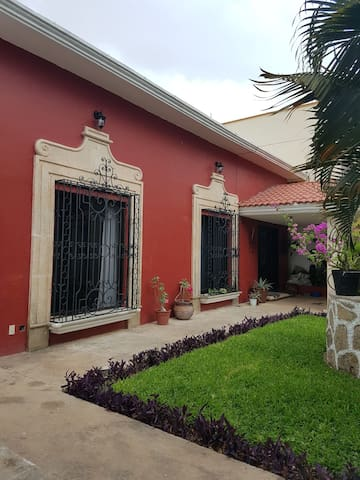 Room in beautiful Spanish colonial style house. - Chetumal - Dům