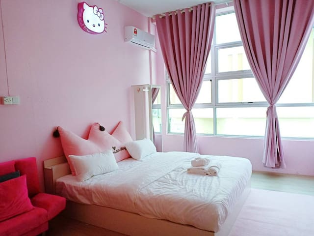 Mi Casa Homestay's Sweet Pink Room