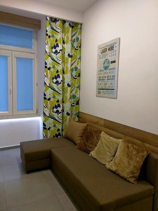 Część wypoczynkowa(będąca jednocześnie opcją sypialną dla 2 osób) składa się z rozkładanego narożnika oraz telewizora, dodatkowo na wyposażeniu tego pomieszczenia znajduje się klimatyzator z funkcją ogrzewania.