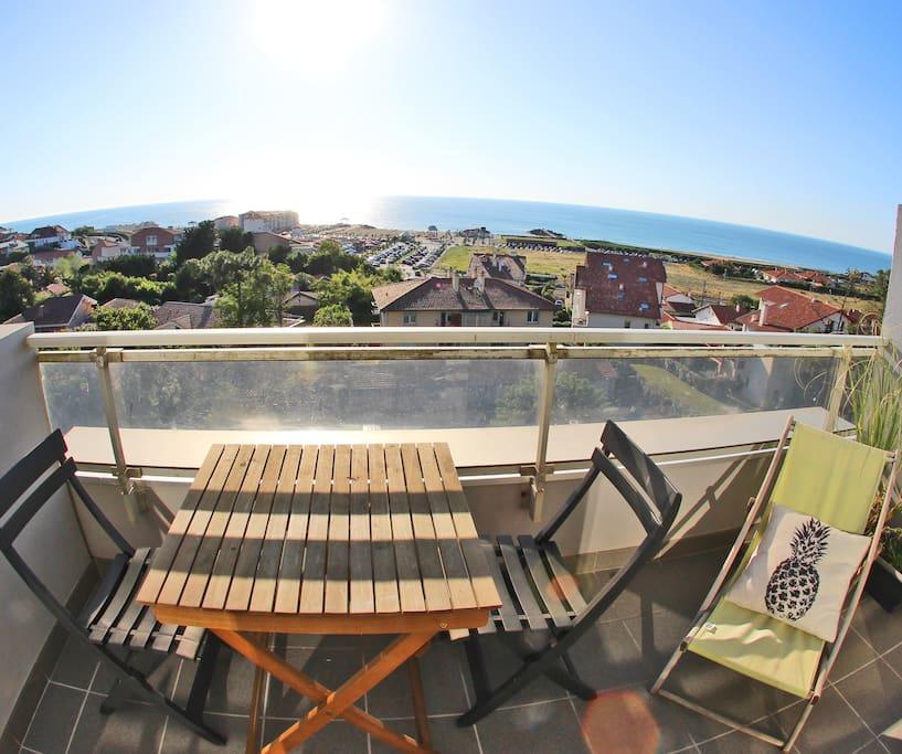 Terrasse vue panoramique sur l'ocean, du phare de Biarritz aux plages d'Anglet