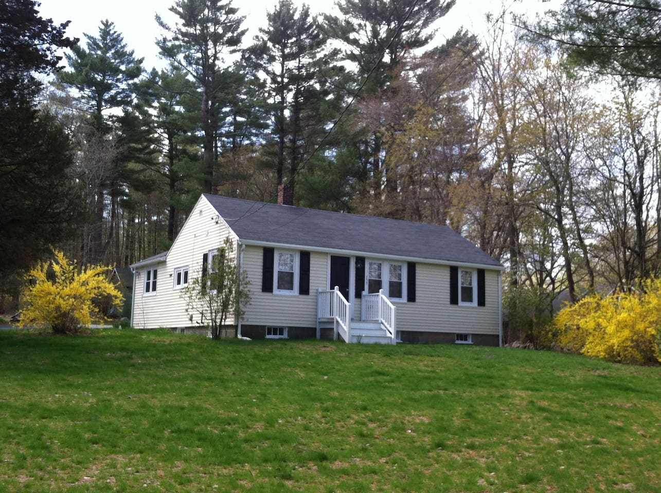 Lovely ranch on quiet spacious property 5 mins Scituate marina & cultural and artistic center. Centrally located to Boston, New York, Cape Cod and islands!