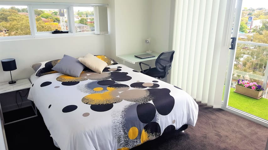 Modern BedRoom close to Merrylands train station - Merrylands - Apartment
