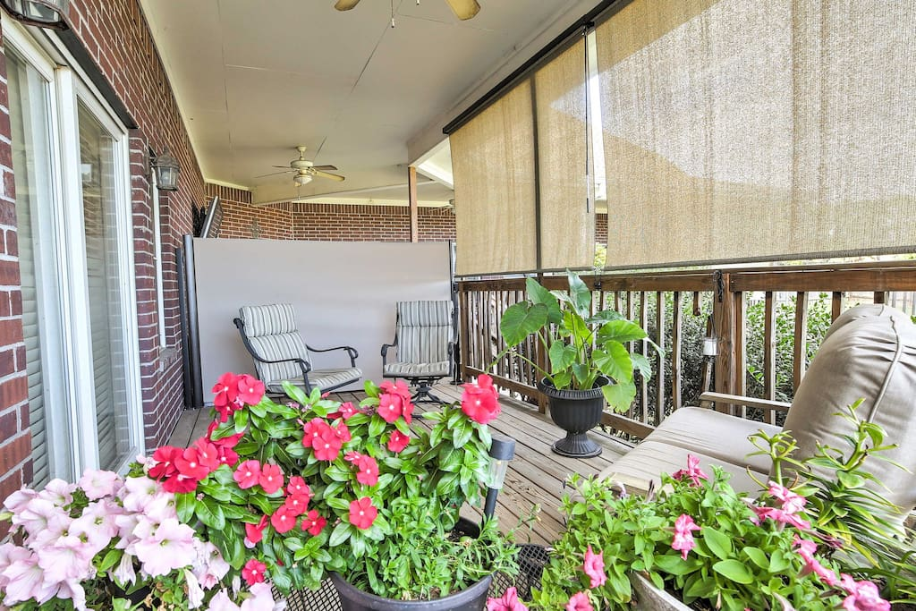 This cozy apartments features high-end amenities and comfortable accommodations for up to 4 guests to enjoy!