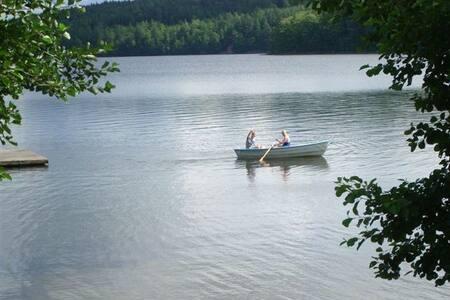 Stuga vid sjö, 20 km till Ullared och Varberg