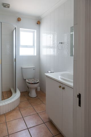 SHARED BATHROOM FOR BEDROOM 2 AND 3