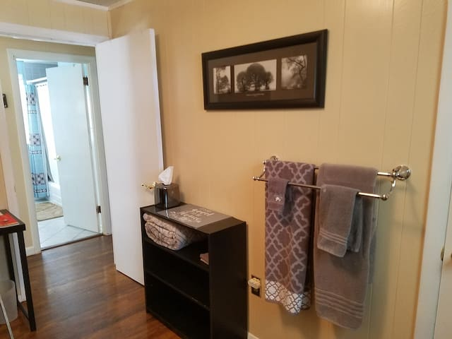 Bedroom w/ Twin Bed close to MGM, 6 Flags & Big E
