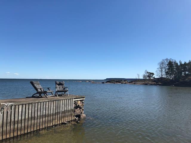 Ett paradis vid vattnet. Om och nybyggt 2020.