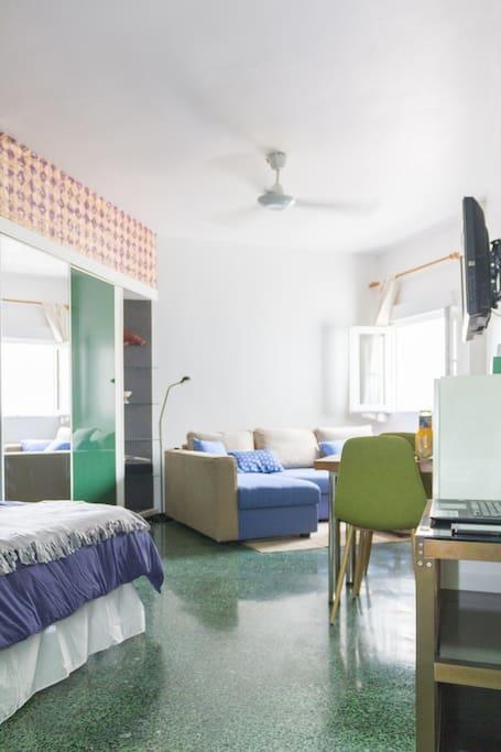 La habitación principal es un espacio multifuncional (dormitorio, salón y comedor) bien iluminado, ventilado y muy tranquilo. | The main room is a multifunctional space (bedroom, living room and dining room) well lit, ventilated and very quiet.