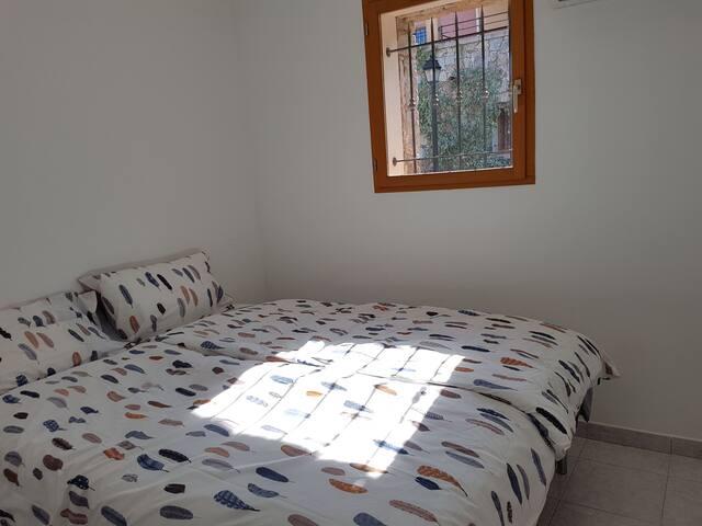 La chambre orientée sud avec un lit 160*200 ou deux lits 80*200.