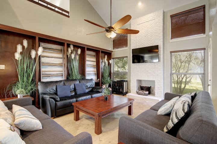 Lost Creek w/ Two Story Deck - Minutes From Downtown | Professionally Cleaned + Hosted By GuestSpaces