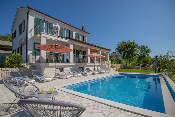 Splendid villa with infinity pool, beautiful covered terrace with panoramic view