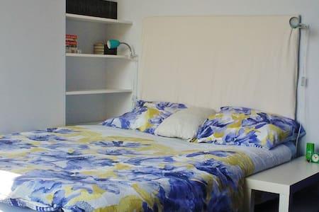 Sunny room in center Amsterdam - 阿姆斯特丹 - 家庭式旅館