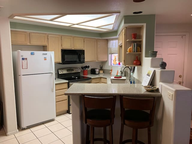 Beautiful Tapatio Cliffs condo steps from pool