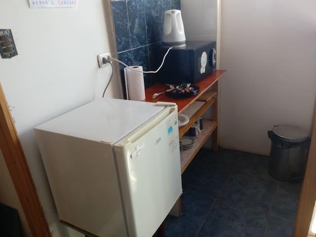 La habitación cuenta con un frigo bar, microondas y vajilla con cuchillería.