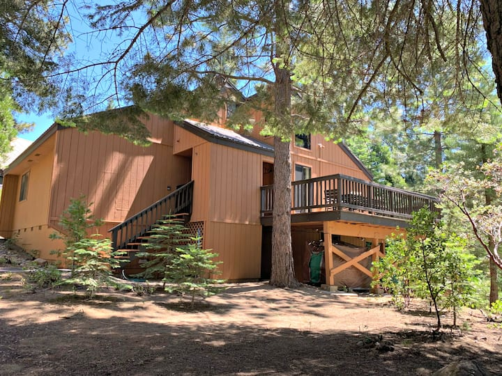 Inviting 3-Level Custom Cabin Close to China Peak
