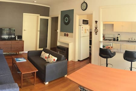 Spacious apartment on the canal - Elwood