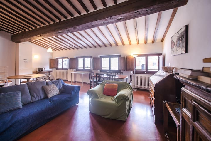 Picturesque 3BD Apt a Few Steps to Pitti Palace