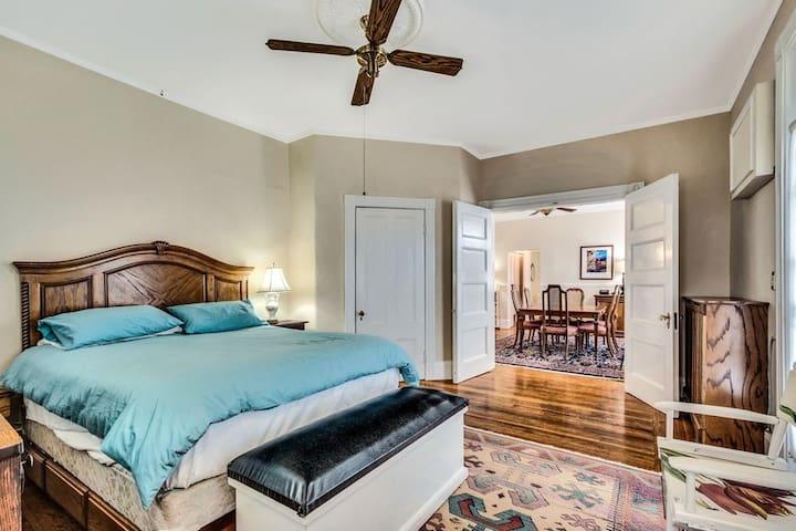 Large 2-bed 2-bath Unit Safe and Convenient Area