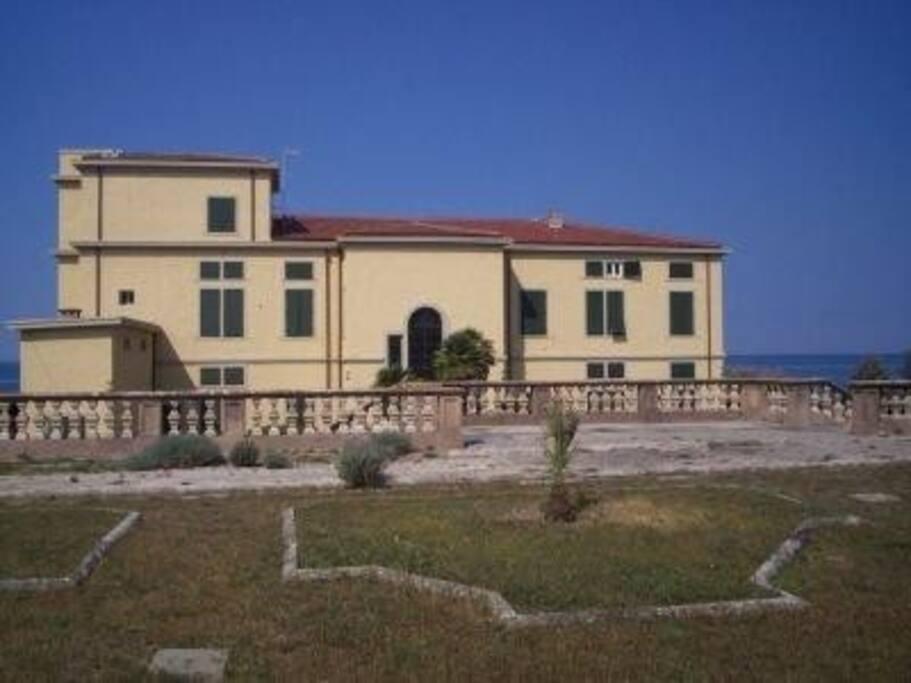 Retro della villa e porzione giardino