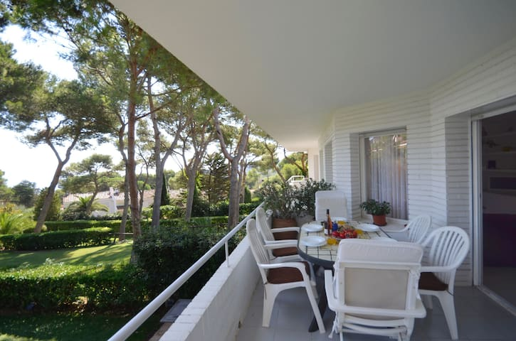 Beautiful apartment, situated in a quiet residence just 400 meters from Platja Fonda, and