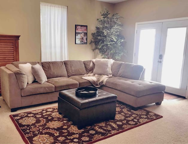 Spacious One Bedroom Suite-Great Central Location!