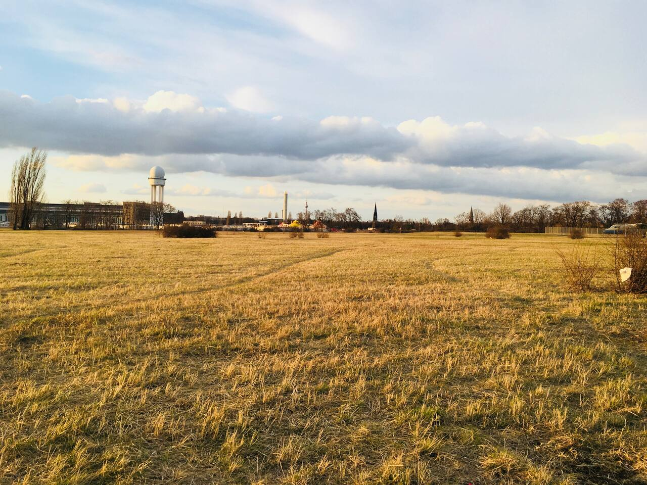 Right in Front of youre door: Metro-Station (1 Minute walk), Train-Station and the old Tempelhofer Feld/ Tempelhofer Airfield (3 minutes walk)