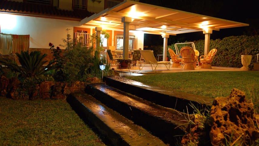 Chalet con gran salón, magnífico jardín y piscina. - Malpartida de Cáceres  - Rumah