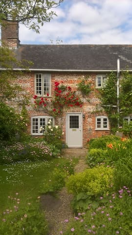 Beautiful, light and airy cottage, nr rail & city