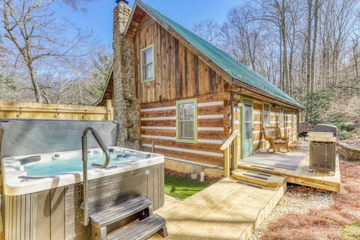 Secluded cabin close to ski, golf and tennis w/hot hub and covered balcony