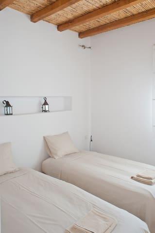La chambre avec les deux lits simples / The room with the two single beds