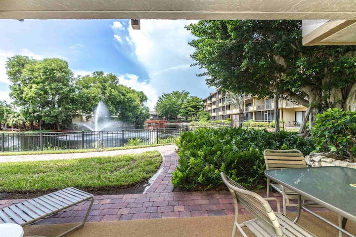 Park Shore Resort, 1st Flr., End Unit- West of Hwy 41- 1.25 miles to Beach! Great Location!