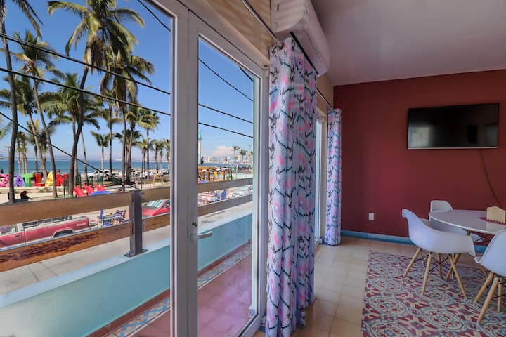 BEAUTIFUL AND STYLISH APARTMENT, BEACH/PARK VIEW!