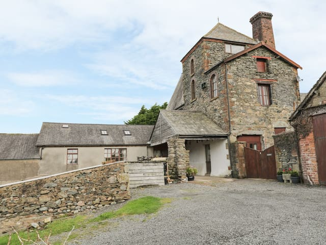 TOWER COTTAGE, family friendly in Kirksanton, Ref 933120