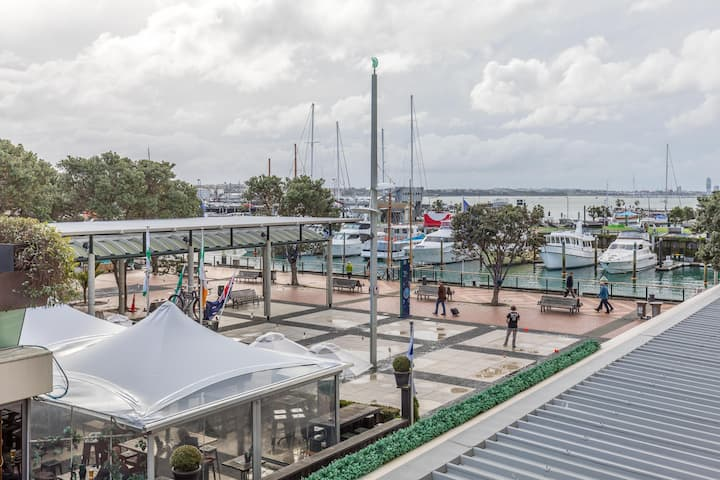 'The Quays' - 2 Bed 2 Bath with Marina Views