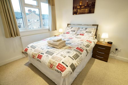South Ealing double, ideal location - London - Hus