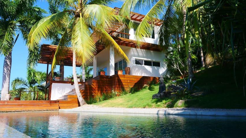 Villa con piscina y jacuzzi, playa semi-privada