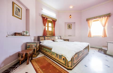 Burj: tower room with jacuzzi in Artisana Farms