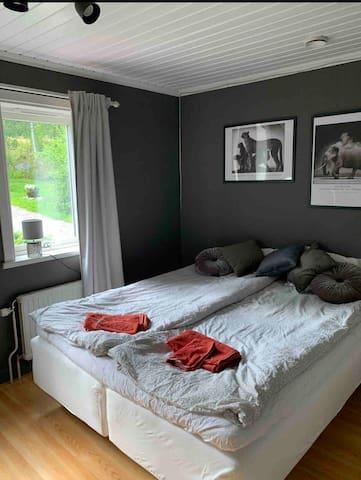 Sovrum med dubbelsäng 180 cm