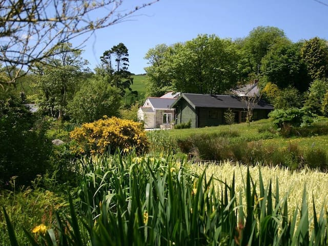 POND COTTAGE, with open fire in Truro, Ref 959223