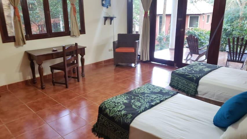 Segunda habitación equipada con camas unipersonales.