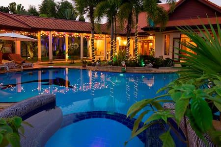 Secluded Luxury Villa & Garden. - พัทยา - วิลล่า