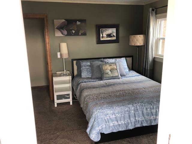 Cozy Bedroom, Deck, Free Parking