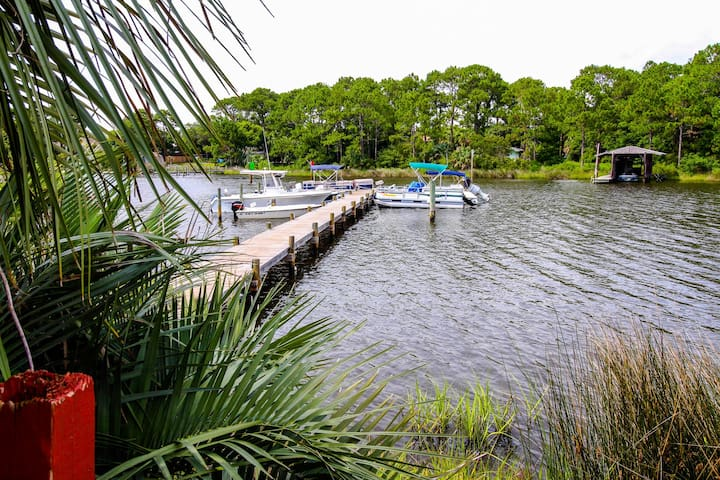 Shared pool, sauna & dock, across the street from the beach!