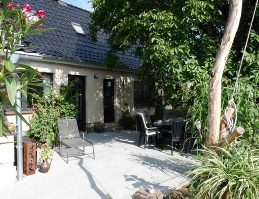 Terrasse mit Sitz-, Liege- und Grillmöglichkeiten