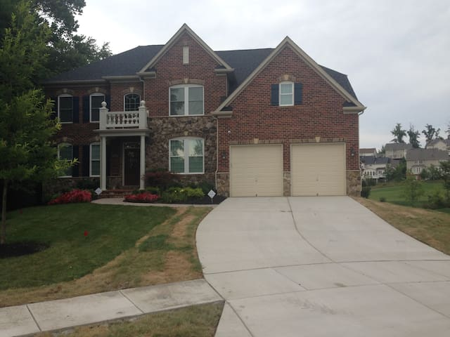 Golf Course living for the whole family!!!!!!!!! - Upper Marlboro - House