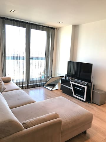 Stunning 2 Bed 2 bath Apartment- 15 mins to City