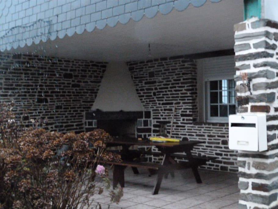 terrasse couverte cheminée factice